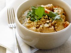 Curry kommt auch ganz gut ohne Fleisch aus. Probiert doch mal die vegetarische Variante mit Tofu. Curry mit Tofu und Erdnüssen dazu Reis - smarter - Zeit: 40 Min.   eatsmarter.de