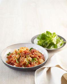 Tomaten-Bohnen-Pasta: Die deftige Pasta mit Bohnen und Speck ist schon fast ein Eintopf - löffelweise Genuss!