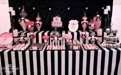 Um dos principais requisitos para uma festa de 15 anos bombar é investir em uma mesa de doces linda e em um bolo gostoso (e lindo também!). Com listras ou bolinhas p&b, a decoração estilo vintage é uma saída pra lá de fofa e moderna.