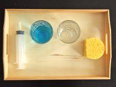 Transferir agua con una jeringa - Transferring water with syringe • Montessori en Casa