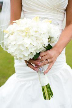 Classic white wedding bouquet | @Magnolia DesignPhoto
