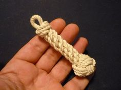 Paracordist how to tie a monkeys fist knot w/ 2 paracord strands out for a self defense keychain Lanyard Knot, Paracord Keychain, Monkey Fist Knot, Snake Knot, Survival Knots, Knots Guide, Self Defense Keychain, Bracelet Fil, Paracord Tutorial