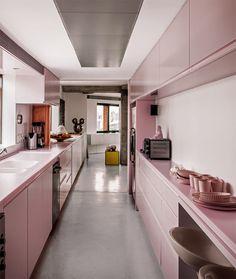 E essa cozinha rosa gente que incrvel! Bright Kitchens, Grey Kitchens, Home Kitchens, Kitchen Colour Schemes, Kitchen Colors, Kitchen Interior, Kitchen Decor, Kitchen Office, Küchen Design