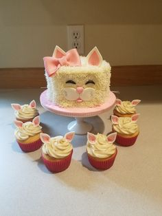A cute buttercream kitty cake and matching cupcakes.