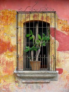 Janela com grade feita com antigo portao. Guatemala.