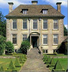 Пример штукатурного фасада бежевого цвета в английском стиле