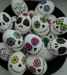easter fabric crafts how to decorate easter eggs, tim burton inspired, white eggs, with drawings on them, in a black bowl Halloween Rocks, Halloween Crafts, Holiday Crafts, Holiday Ideas, Stone Crafts, Rock Crafts, Art D'oeuf, Easter Egg Designs, Easter Ideas