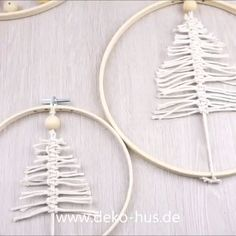 Makramee Tannenbaum DIY Wanddeko Beautiful wall decoration in no time with the macrame technique. Other ideas for decoration: www. Macrame Wall Hanging Diy, Macrame Art, Macrame Projects, Macrame Knots, Diy Projects, Diy Home Crafts, Easy Diy Crafts, Christmas Crafts, Creative Crafts