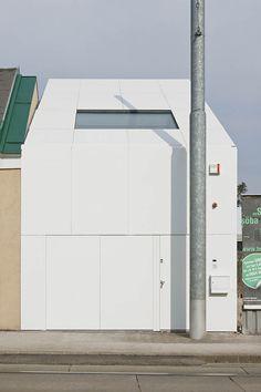 CJ5 -Einfamilienhaus / Wien / Caramel architekten zt gmbh Das ständige Wachsen der Stadt Wien bringt automatisch eine Verteuerung und Verknappung von bebaubaren Grundstücken mit sich. Die (gesellschaftspolitische) Frage einer nachhaltigen Verdichtung in der städtischen Randlage ist die große Herausforderung an Architekten. Denn, dass das Einfamilienhaus zwar noch immer der Traum 70 % aller Österreicher ist, jedoch ökologisch eine unhaltbare Lösung darstellt, ist mittlerweile fast jedem…