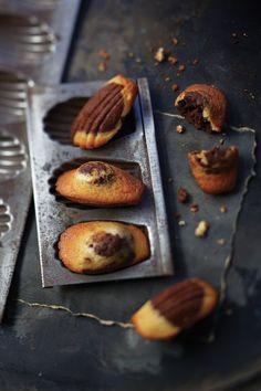 Madeleines miel et chocolat - Carol&RecettesChocolat Bakery Recipes, Dessert Recipes, Madeleine Recipe, Cupcakes, Fudge Sauce, Breakfast Dessert, Just Desserts, Food Inspiration, Love Food