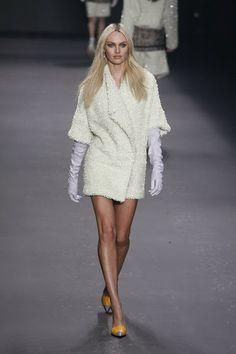 Moda no inverno 2014: tons de branco, peças em off-white, gelo e marfim, inclusive com uso de vários tons de branco no mesmo look. Desfile Forum.