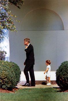 beyond adorable The late President and his late son John Kennedy Junior John Kennedy Jr, Los Kennedy, Jfk Jr, Tel Pere Tel Fils, Familia Kennedy, John Junior, John Fitzgerald, Idole, The Victim