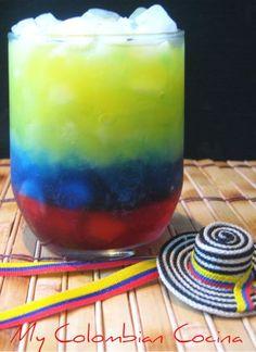 Ingredientes: Ron Oscuro (preferiblemente colombiano)Curaçao Azul.Almíbar de Granadina.Jugo de naranjaRodaja de limónHielo picadoY fácilmente, si le agregamos estrellitas (¿con malvaviscos, tal vez?) podemos hacer de esta la bandera de Venezuela. Receta sorprendentemente sencilla aquí.
