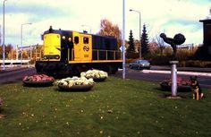 """NS 2414 verdwaald?  Heee, wie heeft hier potverdriedubbeltjes een locomotief neergezet, midden op de rijbaan nog wel?  Vroeger was dit de spoorlijn naar Enschede en Losser. Op 15 mei 1934 reed de laatste trein van Enschede naar Oldenzaal. De lijn naar Losser werd in 1942 opgebroken. Alleen het gedeelte tot de Eekstestraat bleef tot eind '80 liggen. Op de foto een lokomotief, die een van de laatste treinen ophaalde. Rechts het """"Boeskoolmenneke"""" dat goed bewaakt wordt door een hond. Foto: A…"""