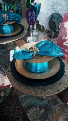 Beautiful place setting...love turquoise! & elegant table setting.. Peacock! like the teal napkin and pearl nap ...