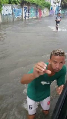 This guy trying to rob the guy taking the picture's cell phone in the middle of a fucking flood (x-post /r/funny)