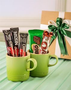 * Idea for a nice coffee mug filled with coffee treats. Maybe for someone starting a new job. Gift Box Design, Chocolate Gifts, Paper Gifts, Best Coffee, Making Ideas, Diy Gifts, Special Occasion, Diy And Crafts, Dan