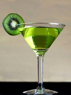 Likier kiwi - Nalewki domowe - przepisy #nalewkidomowe Kiwi, Sugar Free Desserts, Recipe Images, Smoothie, Vogue, Homemade, Drinks, Cooking, Tableware