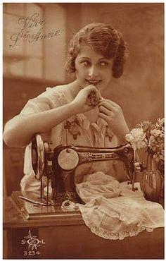 Vintage sewing postcard - lovely lady posing with treadle sewing machine. Vintage Abbildungen, Album Vintage, Images Vintage, Vintage Pictures, Vintage Photographs, Vintage Cards, Vintage Postcards, Vintage Prints, Vintage Ladies