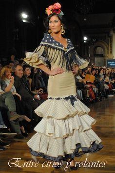 #Trajedegitana en tonos beiges y café combinado con azul. Todo un clásico de #flamenca.