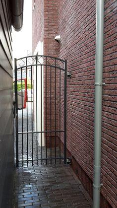 Looppoorten Assumburg (2). Looppoort, poort van metaal maatwerk. De poort is vaak een aanvulling op het sierhekwerk in de voortuin, tuin.