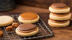 Fast twix biscuits with caramel and chocolate - Backen - Pasta Twix Cookies, Caramel Cookies, Chocolate Cookies, Caramel Biscuits, Buttery Shortbread Cookies, Soft Sugar Cookies, Caramel Shortbread, Quick Cookies, Yummy Cookies