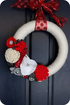 Awesome holiday wreath with a little bling, for Christmas or could edit yarn & felt colors for other holidays.