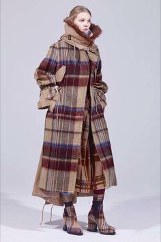Guarda la sfilata di moda Sacai a Parigi e scopri la collezione di abiti e accessori per la stagione Pre-Collezioni Autunno-Inverno 2018-19.