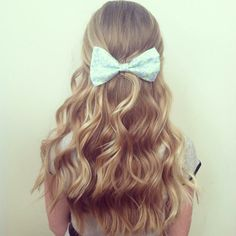 Perfect mint bow and wavy hair Curly Hair Care, Curly Hair Styles, Wavy Hair, Pink Blonde Hair, Curly Blonde, Pretty Hairstyles, Bow Hairstyles, Hair Day, Gorgeous Hair