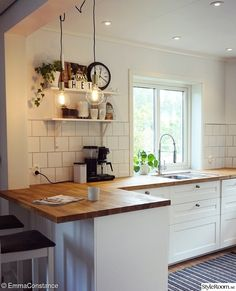 There is no question that designing a new kitchen layout for a large kitchen is much easier than for a small kitchen. A large kitchen provides a designer with adequate space to incorporate many convenient kitchen accessories such as wall ovens, raised. Home Decor Kitchen, Rustic Kitchen, Kitchen Furniture, Home Kitchens, Kitchen Ideas, Kitchen Modern, Kitchen Layout, Kitchen Inspiration, Smart Kitchen