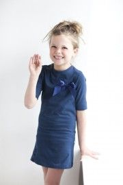 Stijlvol of toch liever sportief? Met dit jurkje kun je kiezen. Je krijgt namelijk naast een donkerblauwe strik en ceintuurtje ook een witte strik met ceintuur erbij. De drukker op het jurkje zorgt ervoor dat je je look in een handomdraai kunt veranderen.