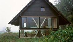 Dans un domaine en Suisse se trouve ce petit bijou d'une cabane en bois rond adopté par la nature brute.