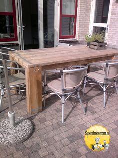 Terrasmeubel gemaakt met behulp van steigerhout. Patio furniture made out of scaffolding wood. #Spandoekman #DIY #DoItYourself #DHZ #DoeHetZelf #knutselen #terras #meubel #tafel #krukken #steigerhout