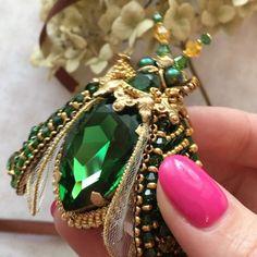 Доброе утро!Сегодня опять в ленте будет красоваться усатыйКак вам такой вариант и цвет крылатого?Не за бывайте баловать его ♥️♥️♥️. Брошь при хозяйке☝☝☝#zuka #jewelry #брошьжук #брошьмушка #вышивкаброшь#ручнаяработа #стильноеукрашение #модноеукрашение #вышивка