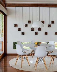 Cadeiras Eifel e mesa tulipa móveis pra sempre