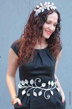Comienzo el año con mi querida Noemi de Black Dress Inspiration, mostrando la belleza del cinturón que he diseñado en porcelana, seda y cristales, lleva su nombre, pues tiene gran impacto visual, fuerza, elegancia y mucha mucha dulzura, igual que ella, así la veo, así la siento.  Puedes completar tu look con el tocado realizado a juego tambien en porcelana, ideal como diadema o sobre moño.  De venta en la web www.tocadosmama.com