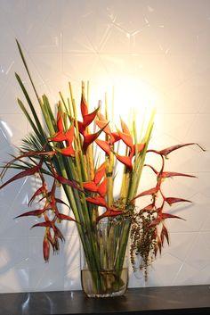 Arranjo de flores tropicais: heliconia, bananeira ornamental