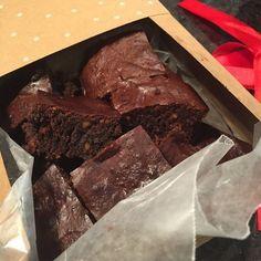 Brownies sanos! ..  Tengo varias versiones, esta la adapte y la hice sin tabletas de chocolate, solo cacao! Y quedaron divinos.  Ingredientes.  1 taza y media de mantequilla de mani natural. Aporta grasas buenas, proteina y fibra.