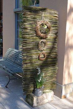 Durch ein selbst gefertigtes, schmales Sichtschutzelement konnte ich unsere Terrasse abteilen und dadurch ein wenig gemütlicher gestalten. Hierfür schnitt ich mir aus zweijährigen Kopfweidenzweigen verschieden dicke, möglichst gerade Stöcke in 60 cm Länge zurecht. In einen ca. 40 cm breiten Sandsteinquader bohrte mein Mann 2 Löcher und befestigte darin zwei Eisenstäbe (Moniereisen) …
