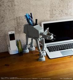 The AT-AT Multi Stand is a tall, highly detailed and poseable desk caddy that comes with a cable organizer that wraps the cable around its legs. Geek Decor, Star Wars Decor, Star Wars Art, Star Wars Kitchen, Best Lego Sets, Star Wars Bedroom, Desk Caddy, 3d Printing Diy, Star Wars Merchandise