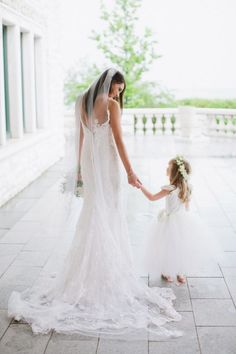 wedding photo ideas - bride and flower girl