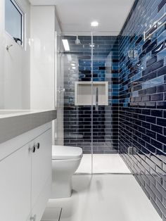 É difícil não se surpreender a cada nova aplicação da linha Liverpool. Neste banheiro, o arquiteto Tiago Rocha, utilizou dois tons de azul, tornando o espaço muito mais descontraído e elegante. #portobello_sa #portobellolovers #Liverpool #cores #colors#revestimento #decor #decoracao #home #lançamento #azulejaria #blue