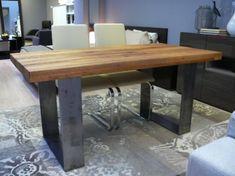 Tavolo in legno grezzo con sedie moderne