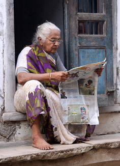 Woman reading newspaper in Gujarat, India Human Figure Sketches, Figure Sketching, Figure Drawing Reference, Street Photography People, Village Photography, Journal Photo, New Foto, Burma, India Street
