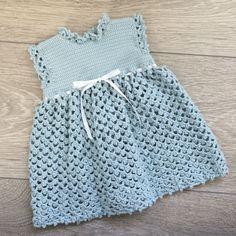 Hekla kjole til nyfødt. Gratis oppskrift: http://dalegarn.no/katalog/dg-277-baby/