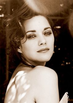 Ladies and Gentlemen Marion Cotillard (París, Marion Cotillard, Black And White Portraits, Black And White Photography, Hair To One Side, French Actress, Hollywood Star, White Aesthetic, How To Draw Hair, Stunningly Beautiful