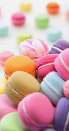 * MACARONS (Not the same as Macaroons - British) A macaron (/mɑːkɑːrɔːn/ French pronunciation: is a sweet meringue-based confection made with eggs, icing sugar, granulated sugar, almond powder or ground almond, and food Macaron Wallpaper, Food Wallpaper, Wallpaper Ideas, Colourful Wallpaper Iphone, Iphone Wallpaper, Cookie Sandwich, Macaron Cookies, French Macaroons, Pastel Macaroons