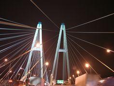 Вантовый мост в Санкт-Петербурге через реку Неву.