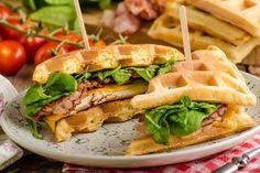 I waffle salati sono un piatto veloce e sfizioso da preparare per un bruch, un picnic o un pranzo veloce. Sono facili da realizzare e possono essere farciti come più vi piace! Ecco come prepararli in poco tempo!