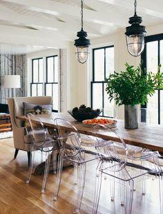 pöytä, tuolit, lamppu,lattia